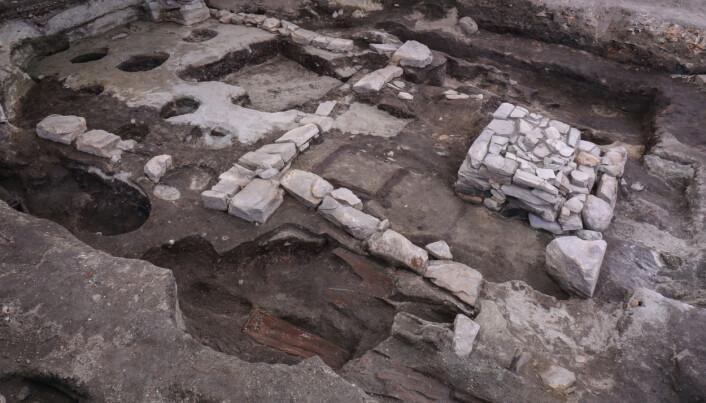 Arkeologene fant spor etter hele fem versjoner av Klemenskirken. Hver kirke ble bygd videre på den forrige. Foto: NIKU