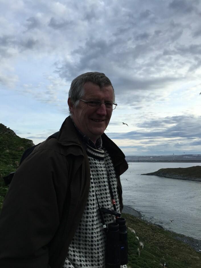 Rob Barrett, Tromsø Universitetsmuseum, har viet mesteparten av sitt voksne liv til å samle inn sjøfugldata fra Hornøya. I 2013 gav han seg. Denne gangen var Rob tilbake på Hornøya et par dager i forbindelse med opptak til sommerens store «happening»; NRK Naturs «Fuglefjellet». (Foto: (Tone Kristin Reiertsen))