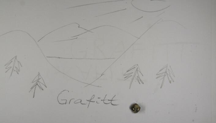 Å skrive med stein – fritt inspirert av feltarbeidet ved Bjørnåsvannet – grafitt krystallen nederst til høyre. (Foto: Håvard Gautneb)