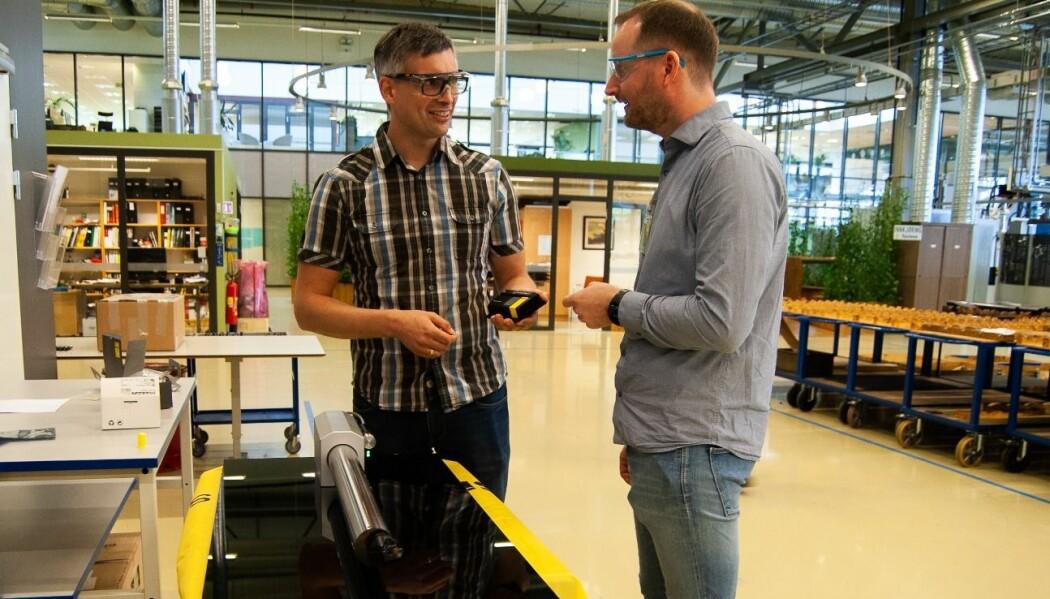 Her viser prosjektleder Tormod Jensen (til venstre) og SINTEF-forsker Terje Mugaas frem et verktøy med den nye teknologien. (Foto: Håvard Egge.)