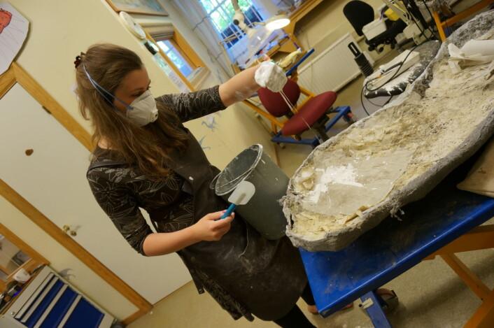 Aubrey har fulgt fiskeøgla Mikkel hele veien, her på laben. Nå blir det artikkel! Foto: May-Liss Knudsen Funke