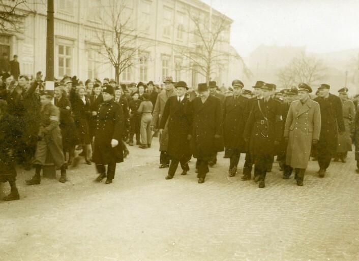 Quisling og partitopper hilses med «heil og sæl!» under et besøk i Trondheim 1941. (Foto: Riksarkivet/Wikimedia)