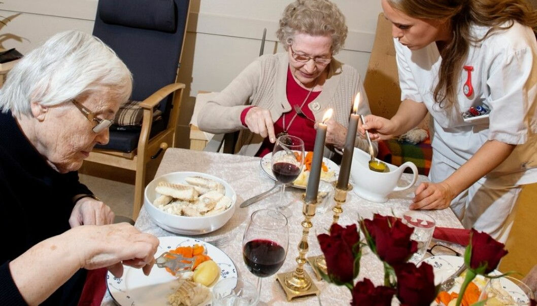 For pasienter ved et sykehjem er det viktig at de får servert mat de er vant med og mat de liker. Underernæring er et stort problem ved norske sykehjem. Beboerne ved Parkgården sykehjem på Hamar får varm mat to ganger om dagen og vin til maten for dem som ønsker det. (Foro: Espen Braata, NTB scanpix)