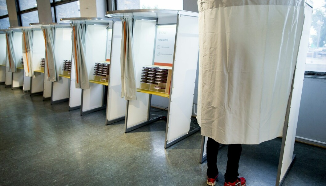 En mann stemmer i et avlukke i valglokalet i Oslo rådhus i forbindelse med kommunestyre- og fylkestingsvalget 2015. (Foto: Vegard Wivestad Grøtt, NTB scanpix)