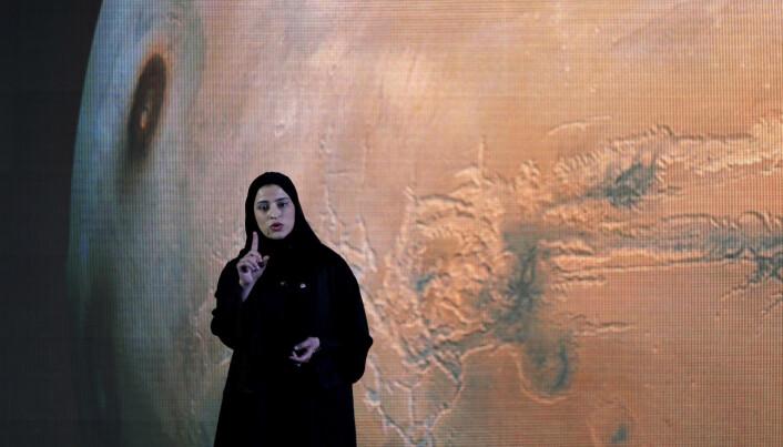 Sarah Amiri er nestleder for De forente arabiske emiraters marsferd, her forteller hun om planene. (Foto: Kamran Jebreili/ AP/ NTB Scanpix)