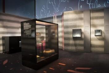 I midten av rommet hvor Arkeologisk museum stiller ut menneskelevninger, står krukkene som det er funnet brente bein i. (Foto: Terje Tveit, Arkeologisk museum, UiS)