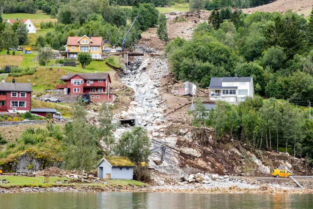 Et jordras gikk mellom husene i Vassenden i Jølster kommune. Forskere frykter flere slike ras som følge av klimaendringene. (Foto: Audun Braastad, NTB )scanpix