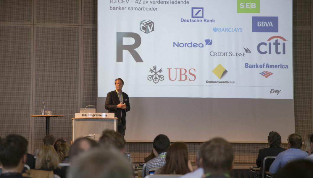 Jarle Holm forteller en fullsatt sal på Spennkonferansen 2016 om hvordan flere storbanker har gått sammen for å utnytte teknologien bak Bitcoin. (Foto: Marte Brennbakken/Netlife Research)