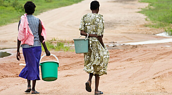 Kvinner går langt hver dag etter vann