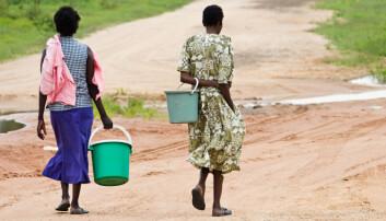Det er kvinner som bruker mest tid på å hente vann. (Foto: Shutterstock)