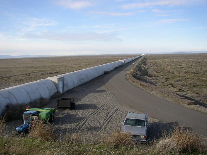 En av rørene til LIGO-eksperimentet. Laserstrålene beveger seg inne i dette røret, som ligger i staten Louisiana i USA. (Foto: Umptanum/CC BY-SA 3.0)