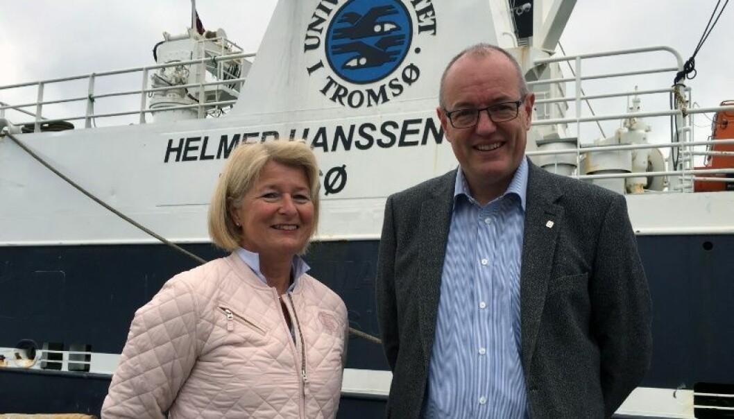 Anne Husebekk og Gunnar Bovim inngår en samarbeidsavtale mellom UiT og NTNU. Her er de ved UiT sitt forskningsfartøy