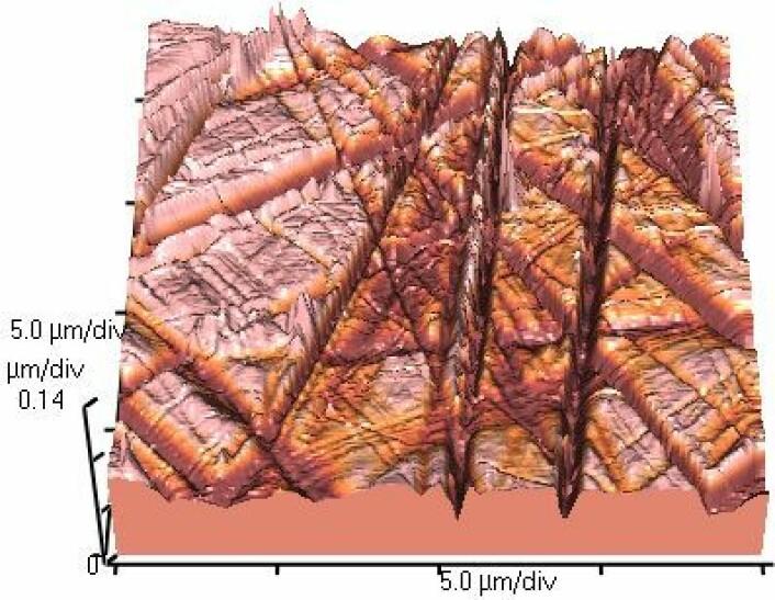"Sånn ser en ""glatt"" glass-overflate ut under et atomkraftmikroskop. (Foto: Materialscientist/CC BY-SA 3.0)"