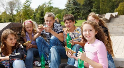 Seks av ti unge får syreskader på tennene