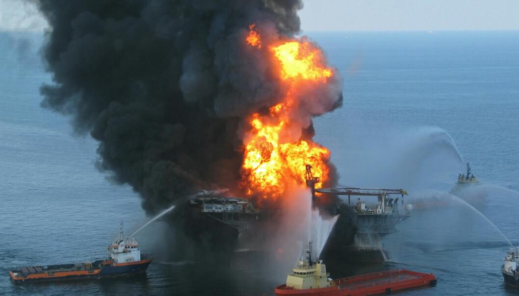 Den 20. april 2010 begynte Deepwater Horizon å brenne etter en eksplosjon. 11 av mannskapet omkom. Etter 36 timer sank plattformen.  (Foto: US Coast Guard)
