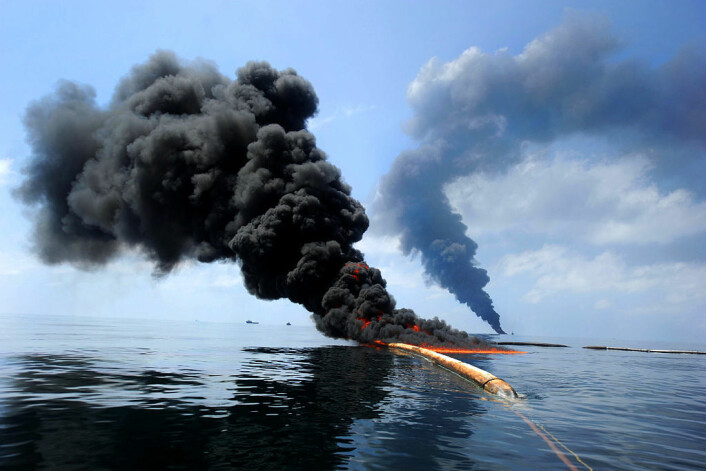 Oljesøl brennes opp etter Deepwater Horizon-ulykken (Foto: US Coast Guard)