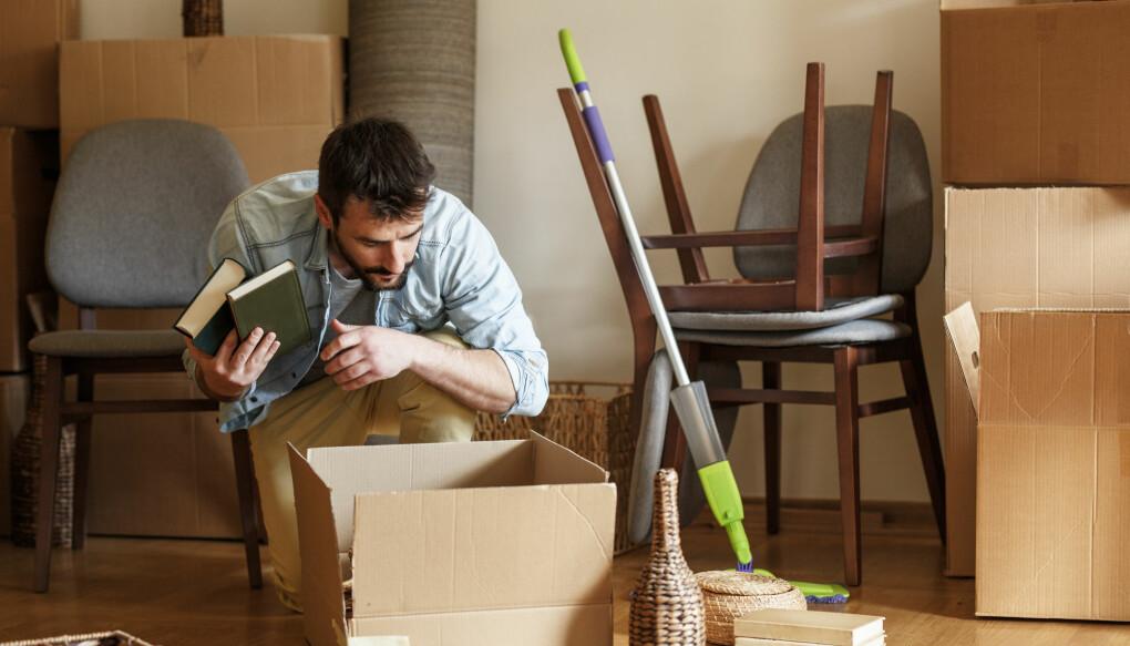 Å gjøre det hjemmekoselig på hybelen er viktig for trivselen. Noen bøker og noen pynteting kanskje? (Illustrasjon: Solis Images / Shutterstock / NTB scanpix)