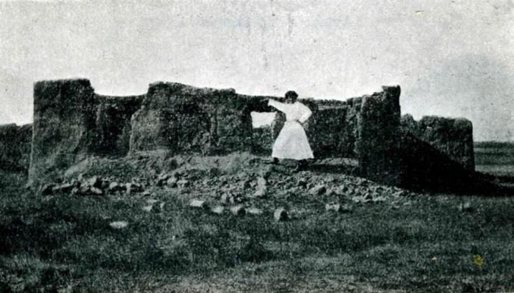 """Bildeteksten forteller en trist historie: """"Brent jordhytte etter at feltskjæren Akulinin døde av pest, Isim-Tyube"""". Steppene i Kirgisistan, 1926. (Foto fra: CRASSH, University of Cambridge)."""