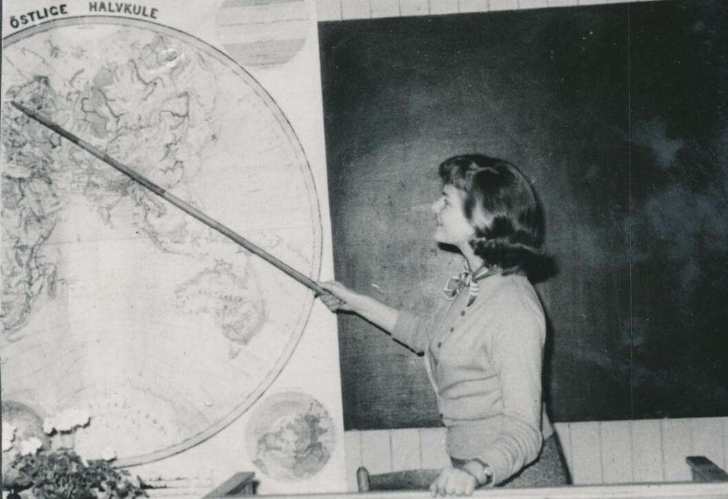 Før Ellen Sigmond startet på studiene i Oslo var hun lærerinne i Lofoten. Her underviser hun en klasse i geografi i 1955. (Foto: Privat)