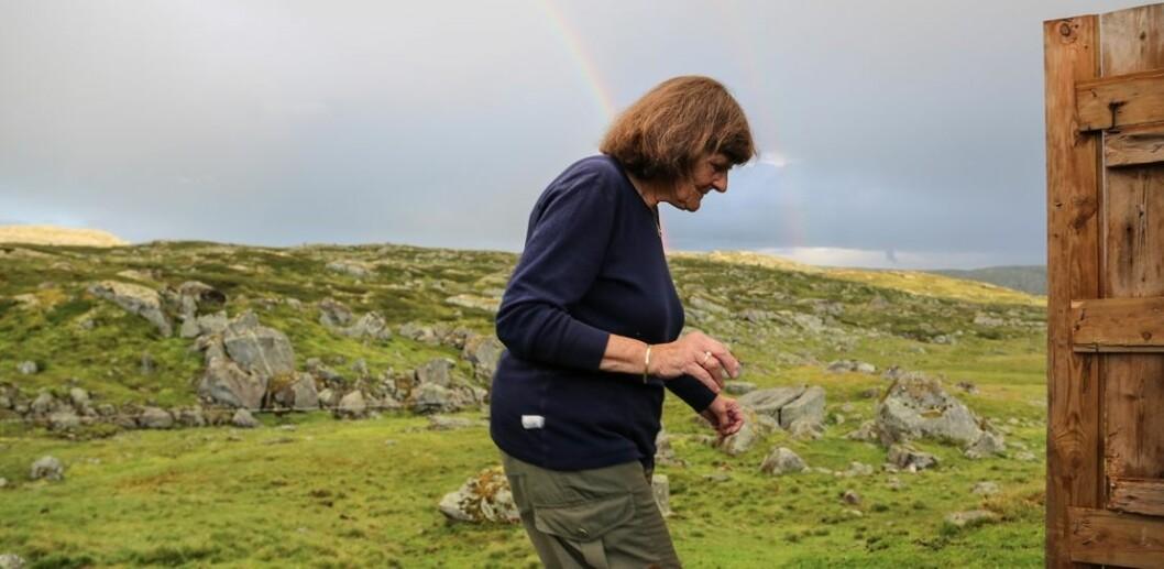 80 år gamle Ellen Sigmond har vært på feltarbeid i snart 60 år. Fortsatt er hun på feltarbeid hver sommer. (Foto: Sondre Sivertsen)