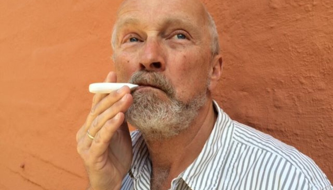 Hjelpemidler som nikotin-inhalator kan øke sjansen for å klare å slutte å røyke. Her viser forskning.no-journalist Bård Amundsen hvordan en inhalator brukes. En studie fra New Zealand viser at nesten dobbelt så mange røykere klarer å slutte ved hjelp av slike hjelpemidler. (Illustrasjonsfoto: Anne Lise Stranden, forskning.no)