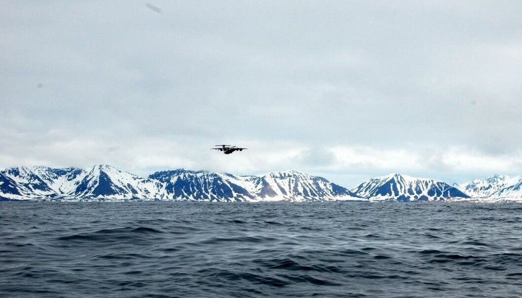 Forskningsflyet BAe 146 i luften over Prins Karls Forland på vestkysten av Svalbard. (Foto: CAGE)