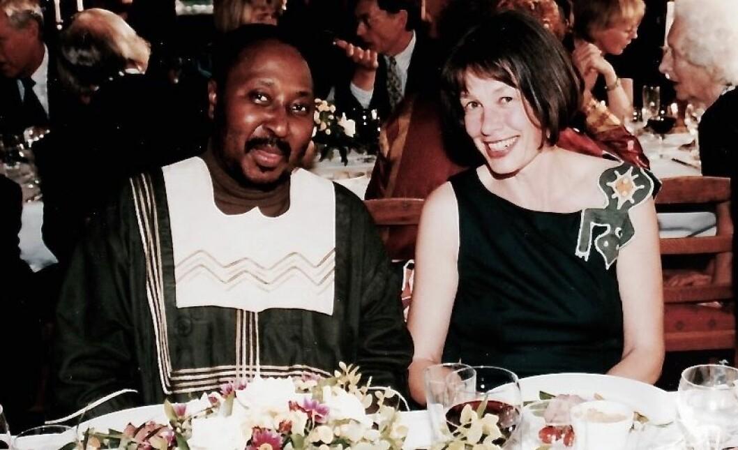 Anne Hellum disputerte i 1998. Her feirer hun doktorgraden sammen med sin opponent, professor Sylvia Tamale fra Universitetet i Makere, Ugand. (Foto: Privat)