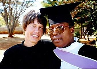 Anne hellum veiledet Mary Maborekes, som var den første som tok mastergrad i kvinnerett i sørlige og østlige Afrika. Universitetet i Zimbabwe innførte kvinnerett i 1987. (Foto: privat)