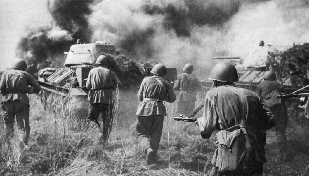 Sovjetiske soldater angriper tyske posisjoner i 1943, under slaget ved Kursk. (Bilde: Mil.ru/CC BY 4.0)