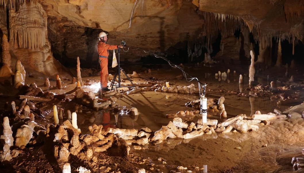 Du kan se konturen av steinringen i forgrunnen. Her har neandertalere lagt lag på lag med brukne stalagmitter for tusenvis av år siden. (Foto: Etienne FABRE - SSAC)