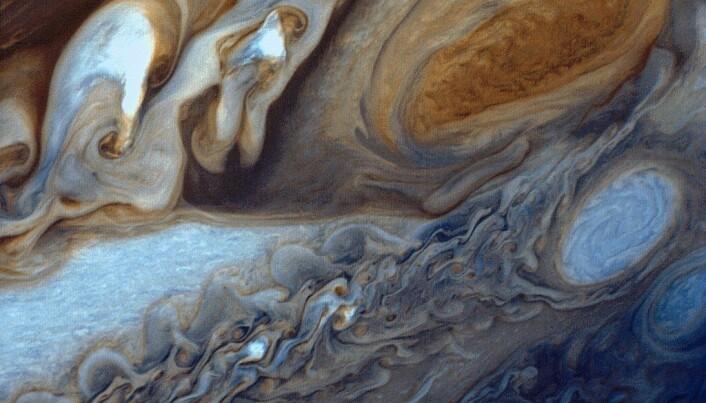 Detaljbilde i falske farger av den store røde flekken og en passerende hvit oval. (Foto: Voyager 1)