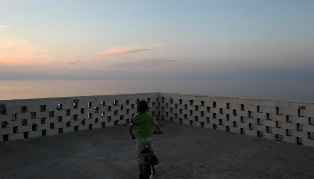 En gutt sykler på den greske øya Ikaria. De som bor på denne øya lever i snitt mye lenger enn de som bor på fastlandet i Hellas. Er det fordi øyboerne stresser mindre? (Foto: Thanassis Stavrakis, Ap, NTB scanpix)
