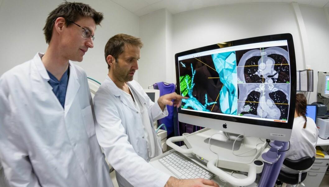 Forsker Erlend Hofstad og lege Håkon Olav Leira inspiserer kartet over pasientens lunger.  (Foto: Thor Nielsen)