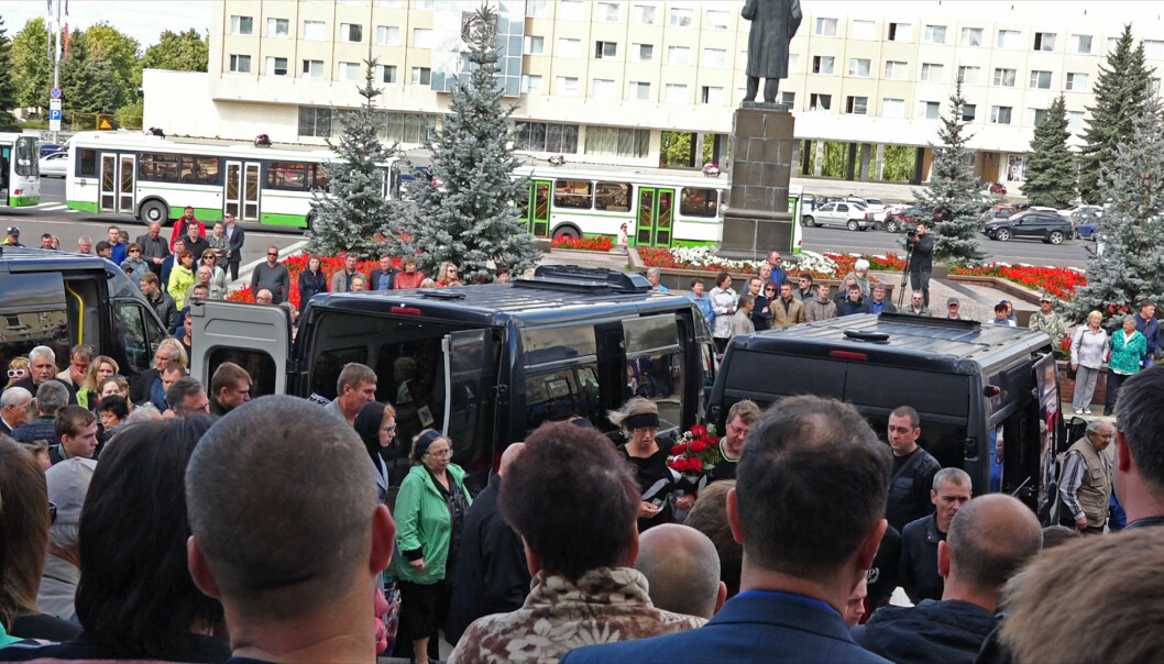 Flere tusen mennesker var til stede da fem russiske atomforskere ble gravlagt i byen Sarov mandag. (Foto: Rosatom / AP / NTB scanpix)
