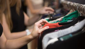 Verden overproduserer klær. Vi har fått en klesproduksjon som ikke står i forhold til det behovet vi har for klær. Slik er klesproduksjon blitt en av verdens mest forurensende industrier. (Illustrasjon: fizkes / Shutterstock / NTB scanpix)