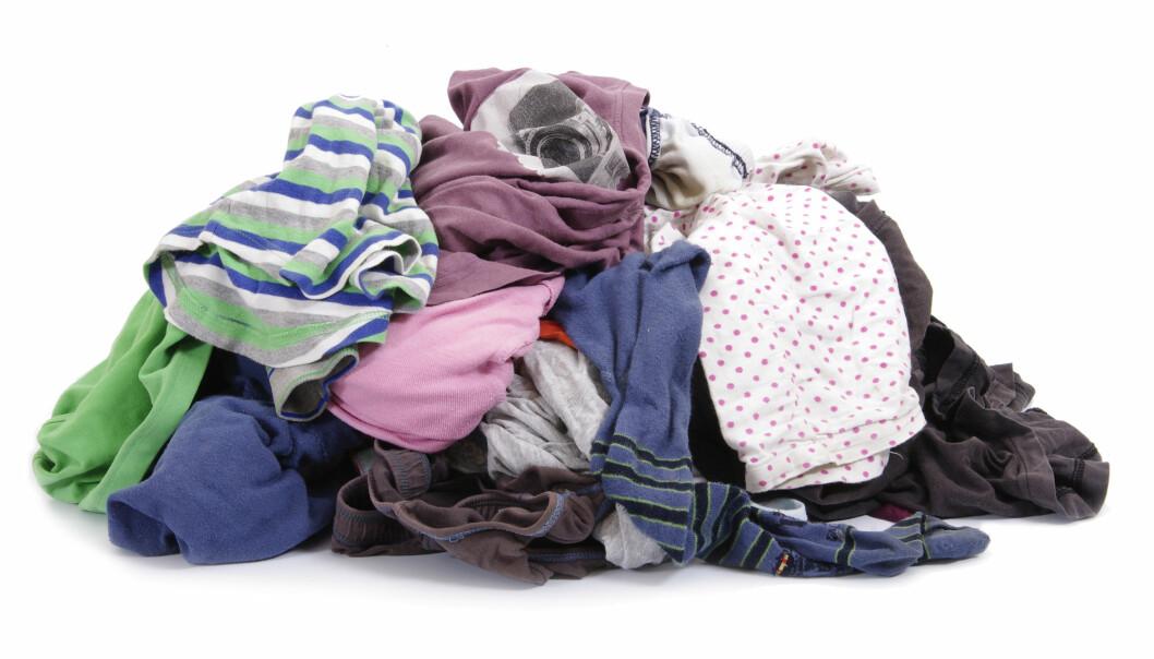 Verden overproduserer klær. Vi har fått en klesproduksjon som ikke står i forhold til det behovet vi har for klær. Slik er klesproduksjon blitt en av verdens mest forurensende industrier. (Illustrasjon: nulinukas / Shutterstock / NTB scanpix)