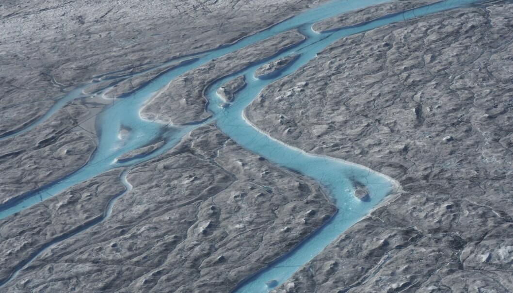 Store elver med smeltevann fotografert vest på Grønland i august. Hetebølgen som først førte til varmerekorder i fem europeiske land, førte blant annet til at over 10 milliarder tonn is smeltet i løpet av én dag, ifølge Danmarks meteorologiske institutt. (Foto: Caspar Haarløv, Into the Ice via AP / NTB scanpix)