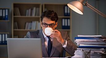 Kaffe ødelegger ikke nattesøvnen, viser ny studie. Men betyr det at du kan drikke i vei før sengetid?