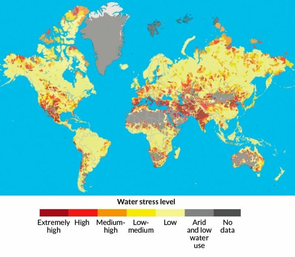 """Data utgitt av World Resources Institute. 17 land, hovedsakelig i Midtøsten, Nord-Afrika og Sør-Asia, er under et ekstremt høyt press.  De bruker minst 80 prosent av sine årlige forsyninger. Ytterligere 27 land i kategorien """"høyt"""" press bruker 40 til 80 prosent av forsyningene. Mindre pressede land, de som bruker mindre enn 40 prosent av vannforsyningen, er rangert som """"middels høye"""" til """"lave."""" (Foto: Aqueduct/wri.org)"""