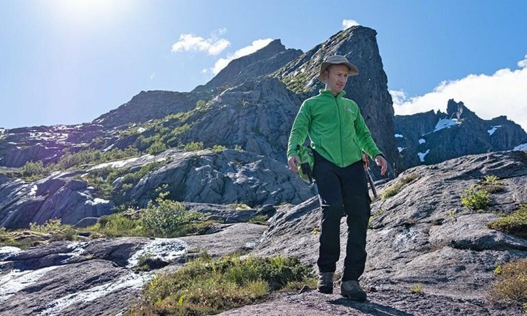 Astronaut Matthias Maurer leter etter månelignende steiner i fiskeværet Nusfjord i Flakstad kommune. (Foto: S. Sechi/ESA)