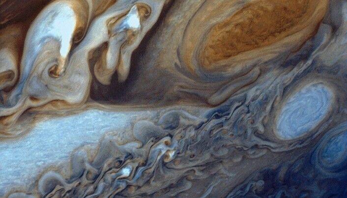På dette bildet har mennesker lagt på falske farger. Men det viser den oransje flekken og flere mindre stormer som er hvite. (Foto: Voyager 1)