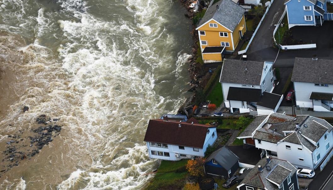 Storflaumen i oktober 2014 ramma fleire stader, blant anna stod fleire hus i fare for å ramle ut i elva Opo i Odda. (Foto: Marit Hommedal, NTB scanpix)
