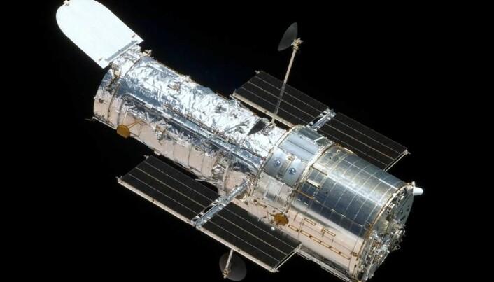 Hubble-teleskopet ble sendt opp i 1990. Hubble er en kjempekraftig rom-kikkert. Den går i bane rundt jorda, og den hjelper oss til å se ekstremt langt utover i universet.