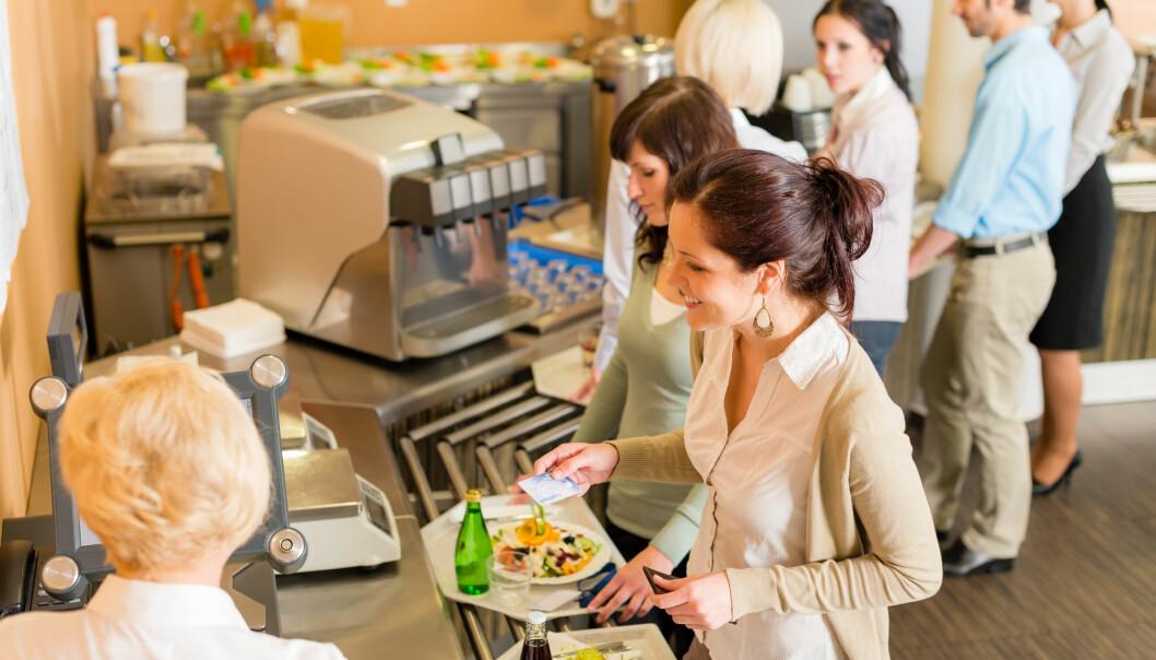 Forskere skal styre deg til å gjøre sunnere valg i kantina. Kommer du til å spise mer grønnsaker hvis varme grønnsaksretter kommer før kjøttet i køen? Hovedpoenget er at du ikke skal merke at du faktisk blir påvirket i valgene du tar.  (Foto: NTB scanpix)