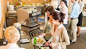 Forskeren forteller: Vennlige dytt skal få deg til å velge sunnere mat