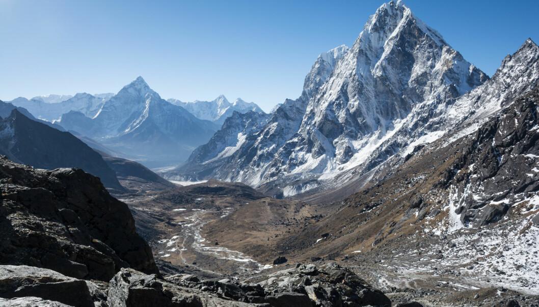 Geologiske og biologiske prosesser binder karbon. De geologiske bruker veldig mye lenger tid. Da Himalaya ble dannet så skjedde det en nedkjøling av klimaet som trolig hadde å gjøre med at forvitring bant mer CO2. Den såkalte Urey-likningen forklarer prosessen: CO2 + CaSiO4 → CaCO3 + SiO2. (Foto: Nik Bruining / Shutterstock / NTB scanpix)