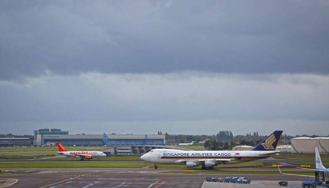 SINTEF-forsker Patrick Schittekat tror det er mulig å forbedre punktligheten på flyavgangene med inntil 60 prosent. Her fra Schiphol i Amsterdam. (Illustrasjonsfoto: Colourbox)