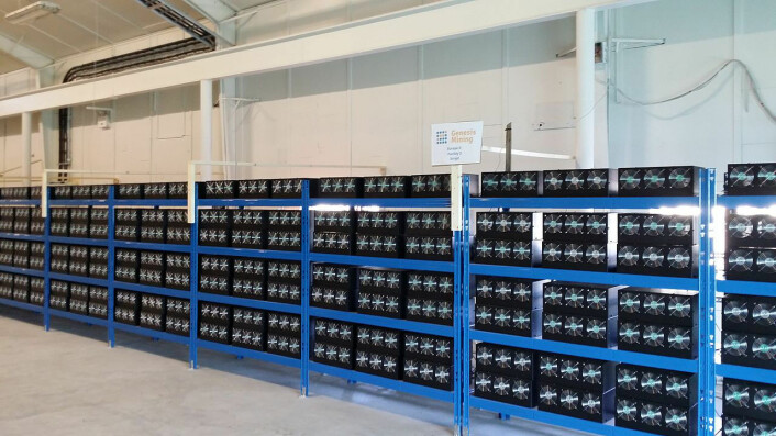 Spesialiserte datamaskiner deltar i kappløpet om å løse oppgavene, vinne nye bitcoin og legge nye blokker til blokkjeden. Dette er en såkalt mining farm, en spesialisert serverpark på Island. (Foto: Marco Krohn, Creative Commons Attribution-Share Alike 4.0 International license.)
