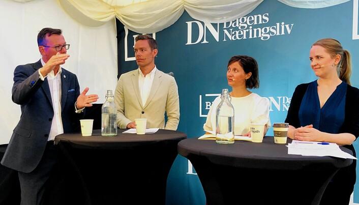 Dag Rune Olsen (UiB-rektor), Sebastian Eidem (Telia Norge), Ingrid Lomelde (WWF) og Kjerstin Eidem (UiO) diskuterte flyreiser under Arendalsuka. (Foto: Bård Amundsen/forskning.no)