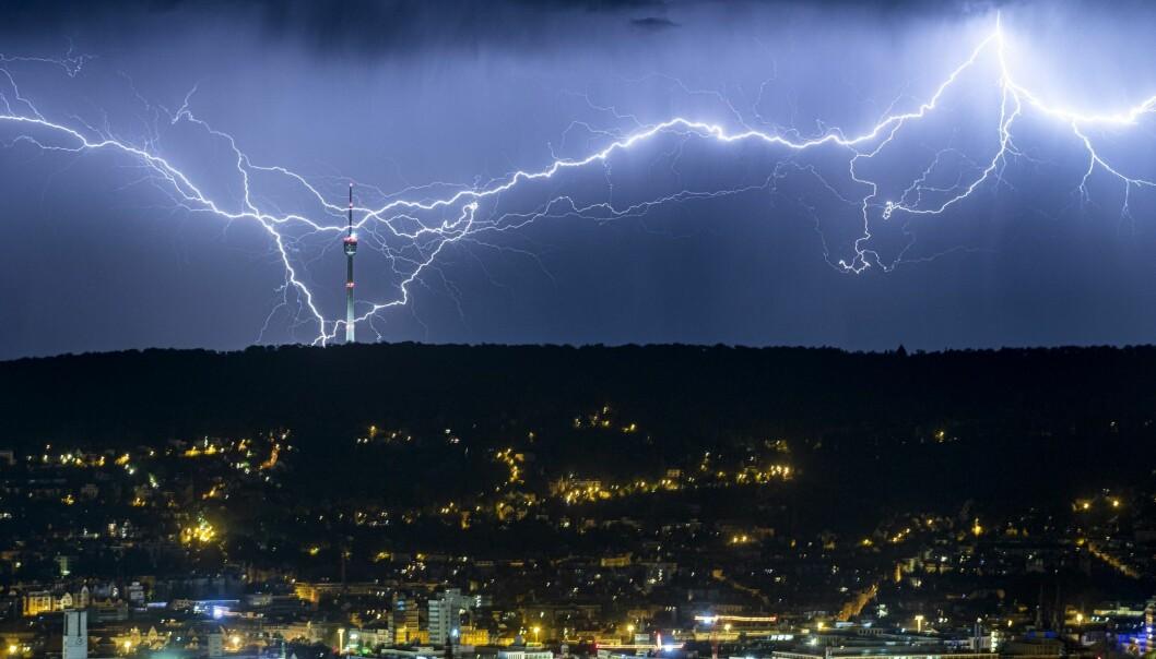 I slutten av juli ble Europa rammet av sommerens andre hetebølge, etterfulgt av lynnedslag og kraftig regnvær flere steder, her i Stuttgart i Sør-Tyskland. (Foto: dpa via AP, NTB scanpix)